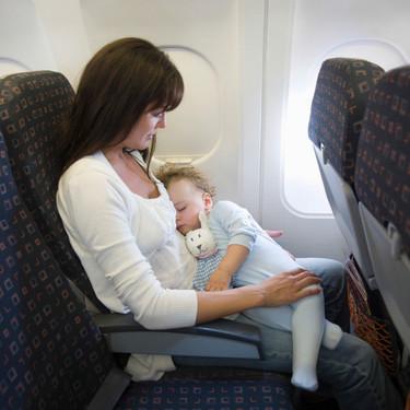 La carta viral de una madre, para el pasajero que estaba molesto porque ella viajaba con una niña