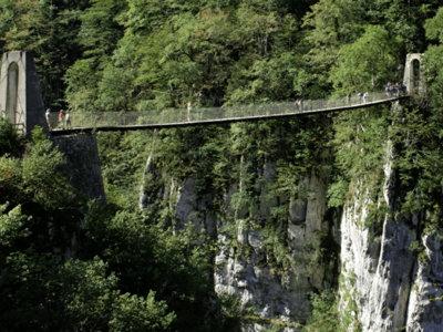 Las profundas gargantas de Kakuetta y el puente colgante de Holzarté, en los Pirineos Franceses