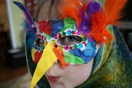 Esta máscara para convertir el rostro de tu hijo en un pájaro es muy fácil ¿te atreves?