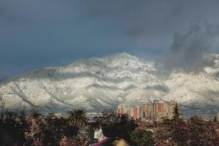 Santiago de Chile está rodeado de montañas.