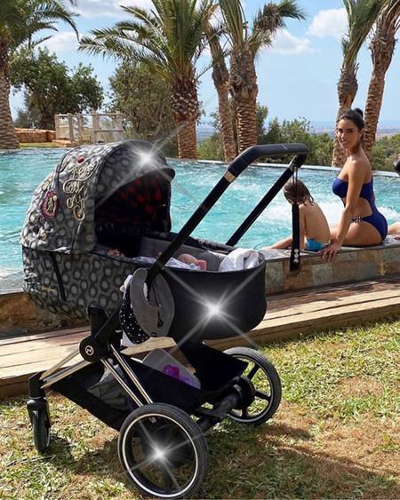 ¿Es un Mercedes? ¿Es un Ferrari? No, es el cochecito de Máximo Adriano, el bebé recién nacido de Pilar Rubio
