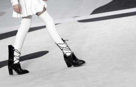 Las botas encadenadas de Chanel. ¿Perfectas para el invierno?