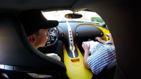 Se saca el carné de conducir con 17 años... ¡con un Bugatti Chiron!