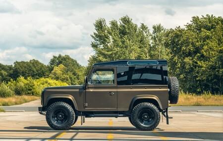 A este increíble y renovado Land Rover Defender V8 de Heritage Customs cumplir los 36 le ha sentado de maravilla