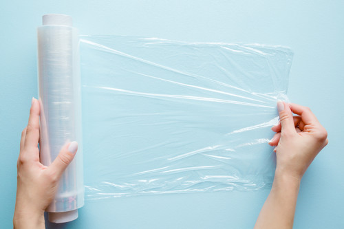 La técnica definitiva para envolver alimentos con plástico film transparente (que alargará la vida de tus sobras)