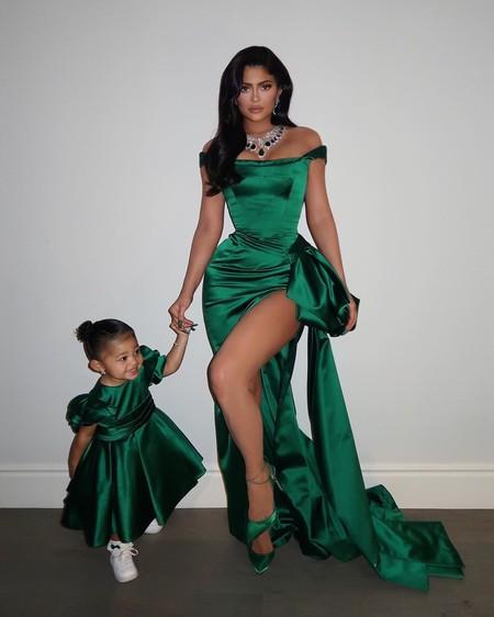 Kylie Jenner y su hija Stormi acuden a juego a la fiesta de Navidad de Kim Kardashian