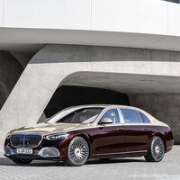 El Mercedes-Maybach Clase S es un canto al lujo que proyecta imágenes sobre el asfalto y tiene hasta calefacción para el cuello