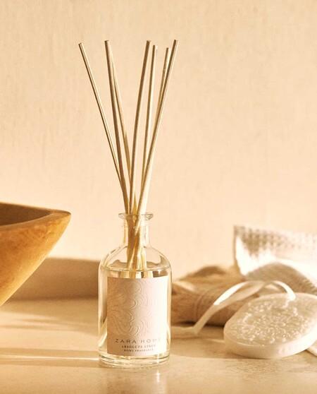 Cofre Compuesto Por Un Ambientador En Sticks De 100 Ml Y Un Medallon Perfumado Con El Aroma Absolute Linen
