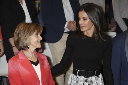 Doña Letizia repite total look (con la famosa falda de Zara) y nos vuelve a dar ideas perfectas para estos días de cambio de armario