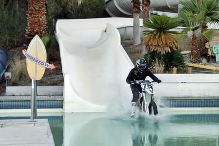 Una moto eléctrica, un parque acuático y un piloto profesional: los ingredientes para un vídeo veraniego perfecto