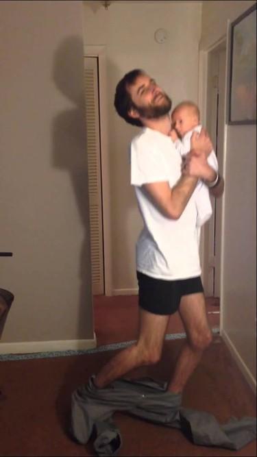 Como ponerse los pantalones con un bebé en brazos (vídeo)