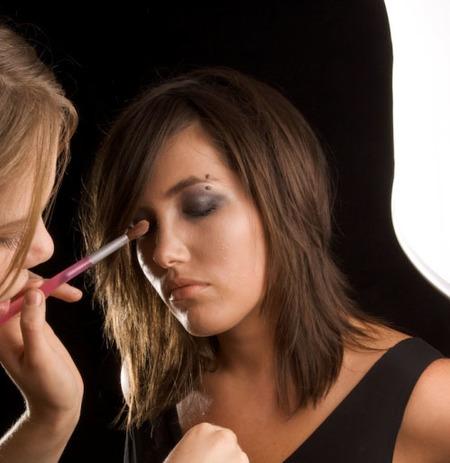 Aprende a no manchar la ojera con maquillaje
