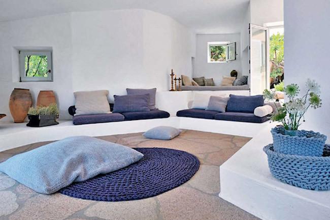 Una casa sin muebles en cerde a for Sofa exterior de obra
