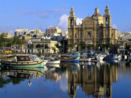 Malta: una escultura fálica camino al aeropuerto