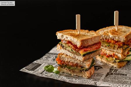 Sándwich de verduras a la parrilla con paté de aceitunas, la receta que se convertirá en tu cena preferida al primer bocado