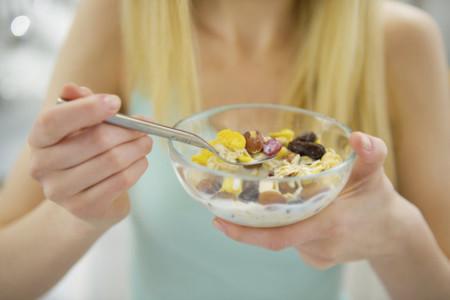 Los alimentos duros pueden ayudarte a comer menos