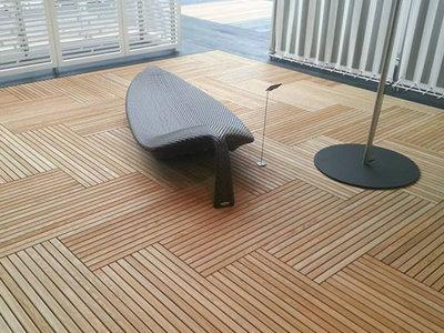 Si quieres exteriores actuales, los pavimentos en madera conectan la elegancia con la calidez