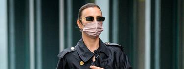 Botas de agua de Chanel y gabardina negra de Burberry, replicamos el look de Irina Shayk para los difíciles días de lluvia