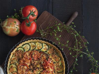 Tarta de verduras asadas con mostaza y tres quesos. Receta