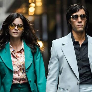 """Siete estilismos de la serie de Netflix """"El Serpiente"""" que logran que la estética setentera sea (de nuevo) nuestra máxima obsesión"""