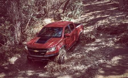 Chevrolet le da a la Colorado ZR2 las herramientas necesarias para enfrentarse a lo que sea, incluso a una Raptor