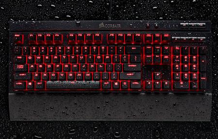 Corsair K68, este teclado mecánico es capaz de soportar polvo, agua y, quizá, nuestro refresco favorito