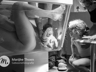 La preciosa e increíble fotografía de un parto en agua que Facebook había censurado (pero después volvió a publicar)