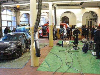 Así te salvan la vida al destrozar tu Porsche Panamera con pinzas hidráulicas.