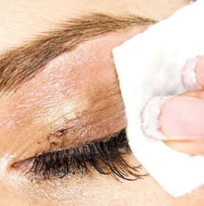 Cómo desmaquillar los ojos con suavidad y sin restregar