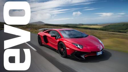 Lamborghini Aventador SV ruge a través de la Isla de Man