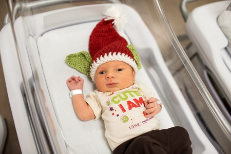 Los divertidos gorros 'Baby Yoda' con los que los recién nacidos ingresados en el hospital reciben su primera Navidad