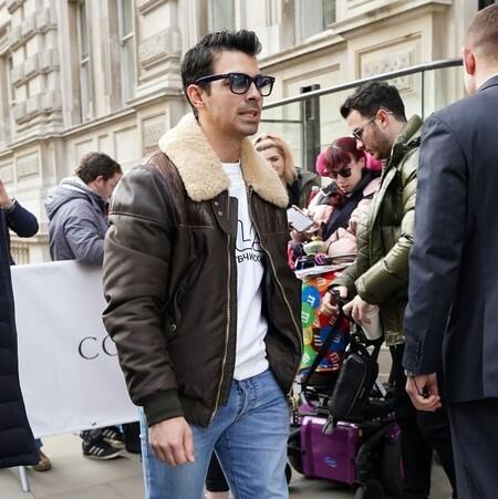 Joe Jonas se suma a llevar las chaquetas borreguillo este otoño con una pieza que puede ser tuya (¡Y rebajada!)
