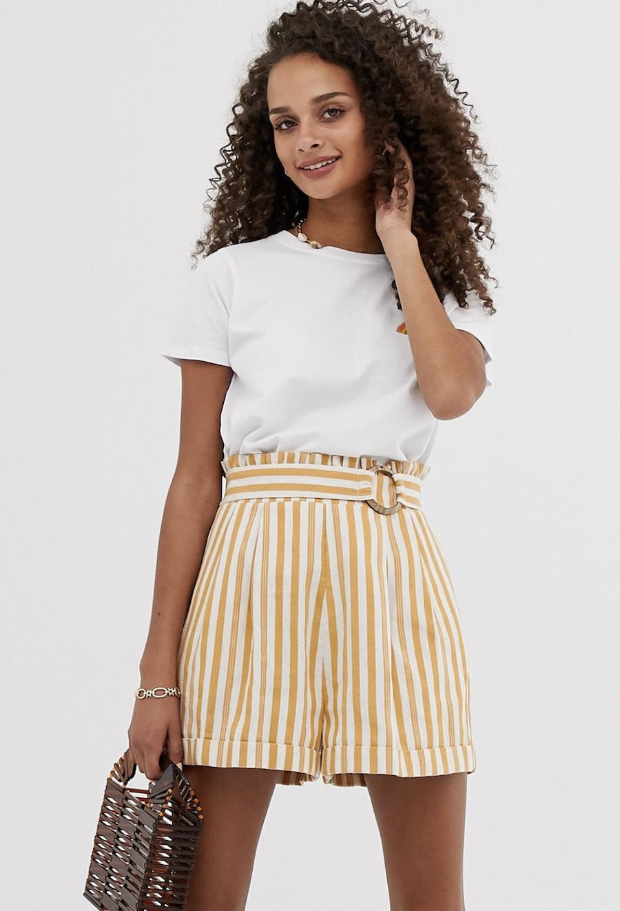 Pantalones cortos de rayas con cintura paperbag y hebilla de efecto coco de ASOS DESIGN
