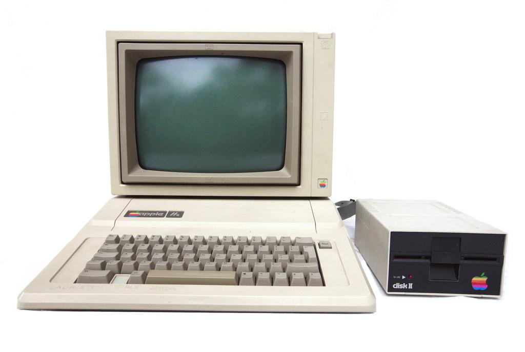 Este usuario se reencuentra con su <strong>Apple℗</strong> IIe tras 30 años guardado en el desván y… ¡sigue funcionando!»>     </p> <div class=