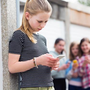 Uno de cada cuatro niños y adolescentes es dependiente de los móviles, resultando en problemas de ansiedad y adicción