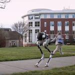 Este impresionante (y tétrico) robot no sólo camina, también se sienta, se agacha y nunca pierde el equilibrio