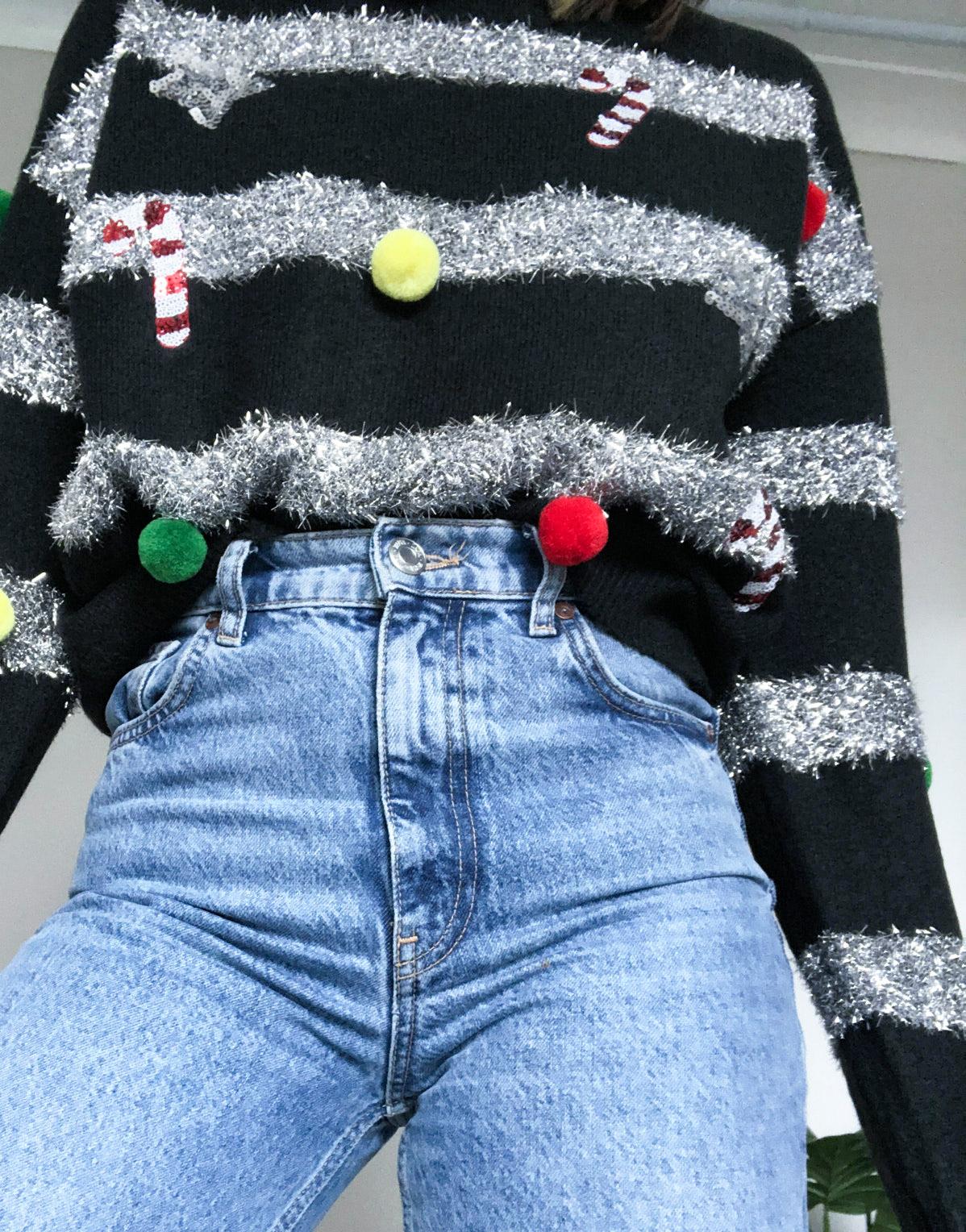 Jersey navideño verde con espumillón y bolas