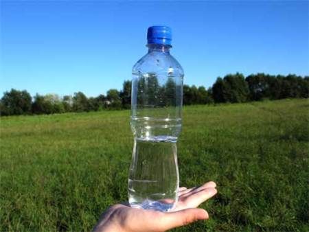 Renueva tu botella de agua con frecuencia