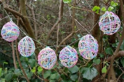 Bonita manualidad para hacer con los niños: huevos de Pascua hechos con hilo