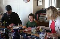 Conversar a diario con los niños y realizar una comida en familia puede mejorar el rendimiento escolar