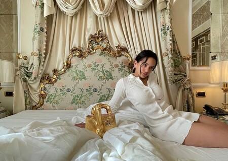 ¿Quién necesita un satisfyer con un bolso como el de Rosalía? Un pene de oro la acompaña en su despertar por la mañana