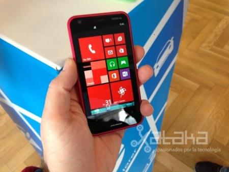 Nokia Lumia 620 en mano
