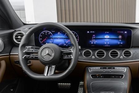 El volante del nuevo Mercedes-Benz Clase E es todo táctil, y no está claro que ese sea un nuevo hito de la seguridad en carretera