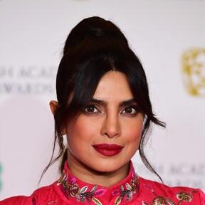 Coleta bubble, labios rojos y una manicura francesa diferente: las tres claves beauty de Prinyaka Chopra en la alfombra roja de los premios BAFTA 2021