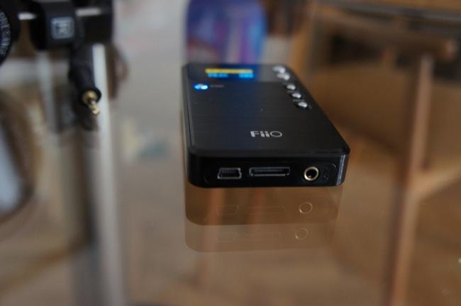 Detalle de las conexiones inferiores: microusb, dock para conectarlo a otros dispositivos FiiO y entrada de audio