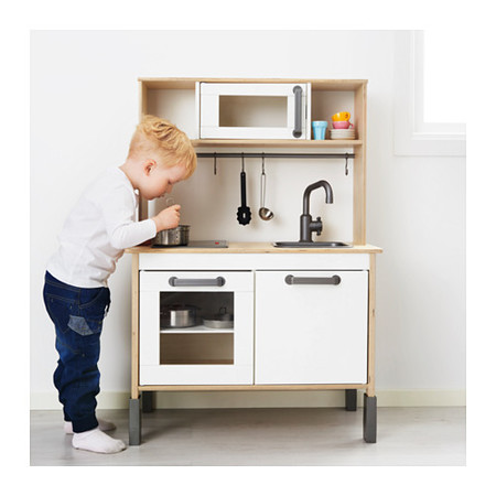 El juguete imprescindible para los niños es la cocina DUKTIG de Ikea y también es personalizable