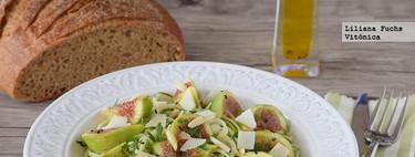 Zoodles de calabacín marinados con higos frescos y queso. Receta saludable