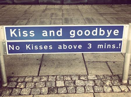 ¿Cuánto tiempo necesitas para un beso de despedida? En algunos aeropuertos lo deciden por ti