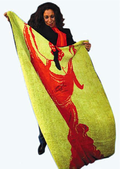Lolita lanza una linea de toallas y chanclas