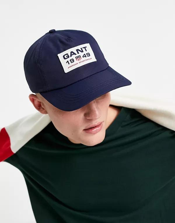 Gorra azul con logo cuadrado con el escudo de GANT